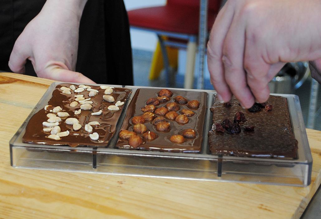vegane-Schokolade mit verschiedenen Toppings